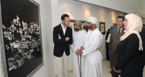 """نمير آل سعيد يفتتح معرض الفنان الأسباني خافير دومينيك وعدد من الفنانين العمانيين يقدمون تجربتهم في """"إشراقات التراث"""""""