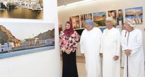 """محمد بن الزبير يدشن كتابه """"رحلة عمان المعمارية"""" في نسخة عربية حديثة تضم 773 صورة و16 رسما يدويا"""
