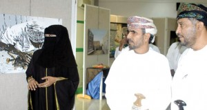 الزوار يتوافدون على معرض أعضاء الجمعية العمانية للفنون التشكيلية بمحافظة ظفار