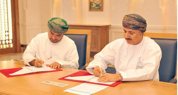 وزير القوى العاملة يوقع على اتفاقيات لتدريب (676) من القوى العاملة الوطنية بتكلفة تقارب 2 مليون ريال عماني