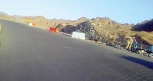 رصف ثمانية كيلومترات ونصف لطريق حيل الخنابشة بمحافظة الظاهرة