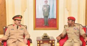 قائد الجيش السلطاني العماني يستقبل قائد القوات البرية الملكية السعودية