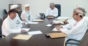 لجنة الأوقاف وبيت المال بسمائل تناقش طلبات المواطنين