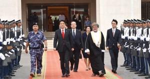 التقى خلالها بجلالة السلطان قابوس.. رئيس وزراء اليابان يغادر البلاد