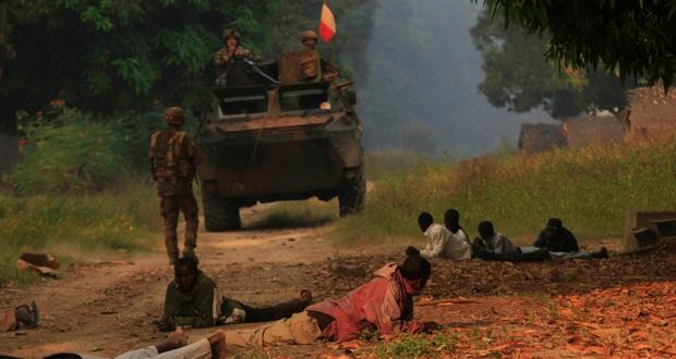 فرنسا تتعهد بتصعيد حملتها في إفريقيا الوسطى دون (انزلاق)