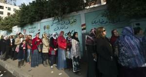 مصر:حشود من المصوتين وتظاهرات للمقاطعة وقتلى في أول أيام الاستفتاء