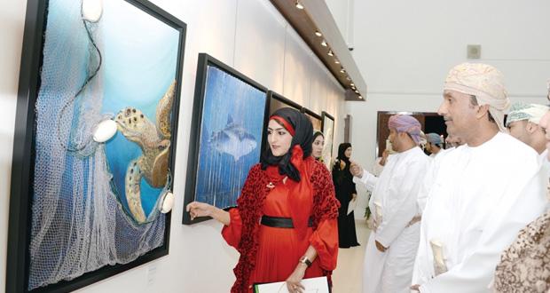 """افتتاح معرض """"ملتقى الفن التشكيلي لإعادة تدوير النفايات"""" وتتويج الفائزين بمراكزهم الأولى بالجمعية العمانية للفنون التشكيلية"""