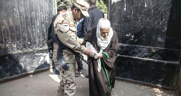 المصريون في طوابير للاستفتاء على الدستور .. وقتلى بحوادث عنف