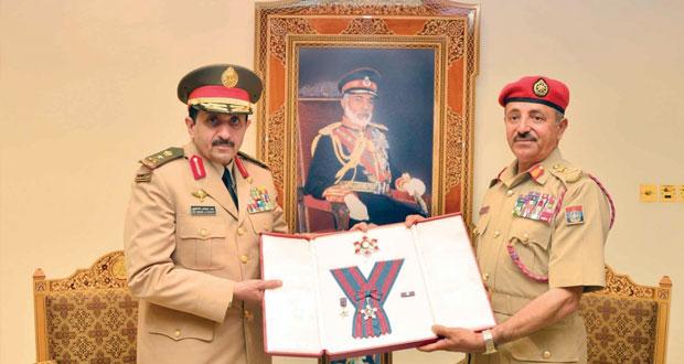 جلالة السلطان يمنح وسام عُمان العسكري لقائد القوات البرية الملكية السعودية
