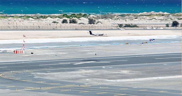 مطار مسقط الدولي يفحص أنظمة الهبوط الآلي في المدرج الجديد