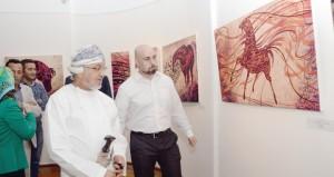 الفنان أيمن حميرة يراهن على عشق الأصالة والخيل العربي بصياغة الشعر وكلماته في تشكيل حركاتها وألوانها
