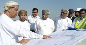 وزير النقل والاتصالات يطلع على مشاريع الطرق في محافظة شمال الباطنة