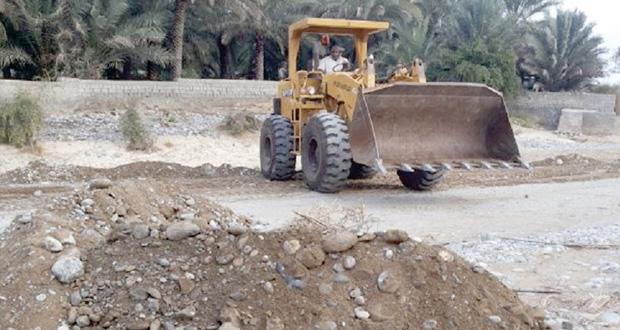 بلدية الرستاق تنفذ حملة تنظيف وتوسعة للطريق الداخلي (جماء-الحزم)