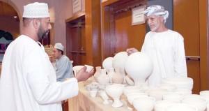صناعة الفخار ركن يحكي إبداعات الإنسان العماني