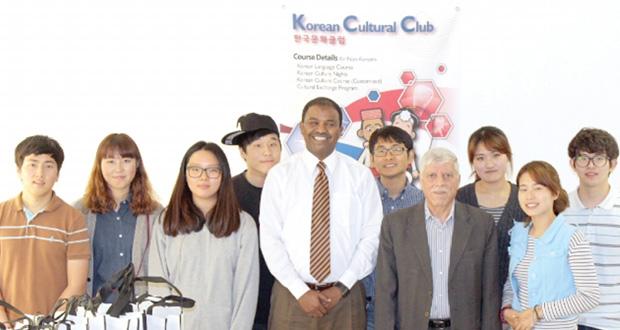 كلية مزون تستضيف مجموعة من الطلبة الكوريين
