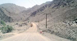 """""""البلديات الإقليمية وموارد المياه"""" تواصل رصف عدد من الطرق الداخلية في عدد من محافظات السلطنة"""