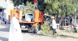 بمشاركة عدد من المؤسسات الحكومية والأهلية بلدية الرستاق تنفذ حملة نظافة عامة لإزالة مخلفات الأشجار بقرية الغشب