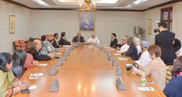 بدر بن حمد يلتقى أعضاء نادي الصحفيين السنغافوري