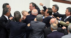 تركيا: البرلمان يقر قانونا يقيد سلطة القضاء