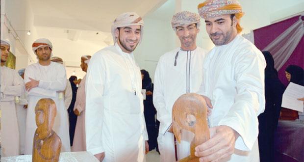 """""""لمسات عمانية"""" تجسدها الريشة والعدسة في أكثر من خمسين عملا يجسد البيئة الطبيعية والحضارية والتاريخية العمانية"""