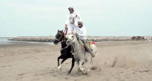 لوحة رائعة ترسمها رياضات الخيل التقليدية بشاطئ السيب