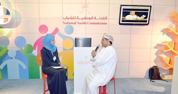 جناح اللجنة الوطنية للشباب يستضيف سليمان المعمري في حوار مفتوح مع زوار المعرض
