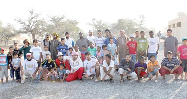 أكثر من مائة متطوع وبالتعاون مع بلدية بركاء حملة تنظيف بقرية العامرة ببركاء