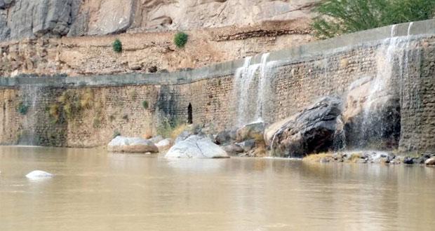 أمطار متفاوتة الغزارة على عدد من محافظات السلطنة وجريان عدد من الأودية والشعاب