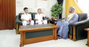 نائب محافظ ظفار يستقبل قائد سفينة تركية
