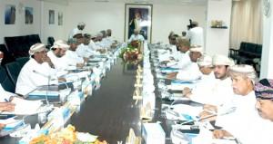 المجلس البلدى بظفار يناقش إجراءات منع مرور المركبات على الشواطئ والشاحنات داخل الأحياء السكنية
