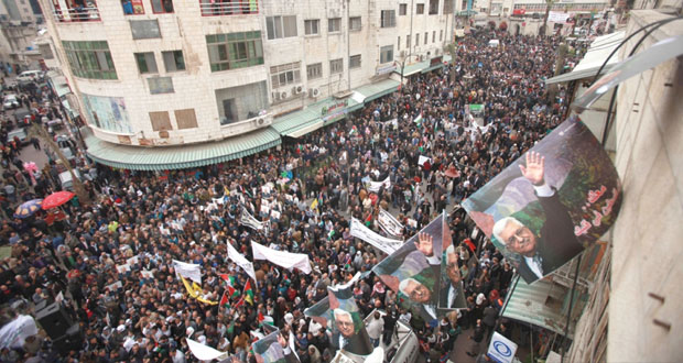 """الفلسطينيون يؤكدون دعمهم لعباس ويدعونه للتمسك بـ """" الثوابت """" ورفض """" الضغوط """""""