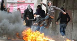 """الاحتلال يفرض حصارًا عسكريا على """" الأقصى """" .. ويقتحم منازل المقدسيين"""
