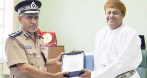 نادي العروبة الرياضي يقدم درع النادي لقيادة شرطة محافظة جنوب الشرقية