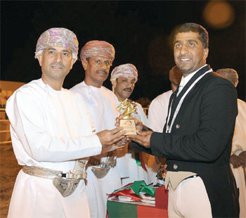شرطة عمان السلطانية تكسب الفئات الثلاث لأدب الخيل بالوطية
