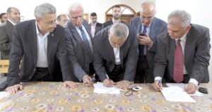 الفلسطينيون يتجاوزون (الانقسام) وإسرائيل تسعى لتعطيل (الاتفاق)