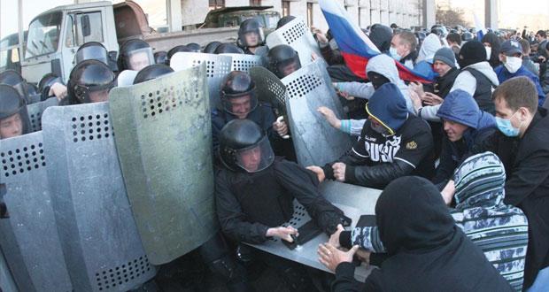متظاهرون يقتحمون مباني حكومية شرق أوكرانيا