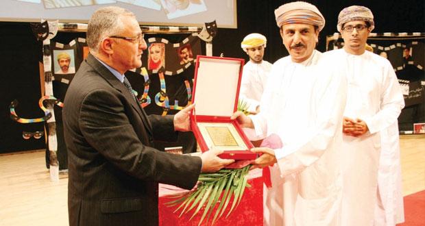 جامعة ظفار تحتفل باليوم العالمي للمسرح وتكرّم سالم بهوان