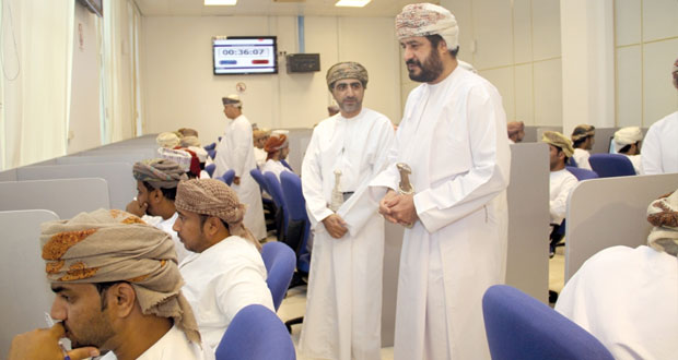 وزير الخدمة المدنية يتابع سير الاختبارات التحريرية للمتقدمين للوظائف الشاغرة