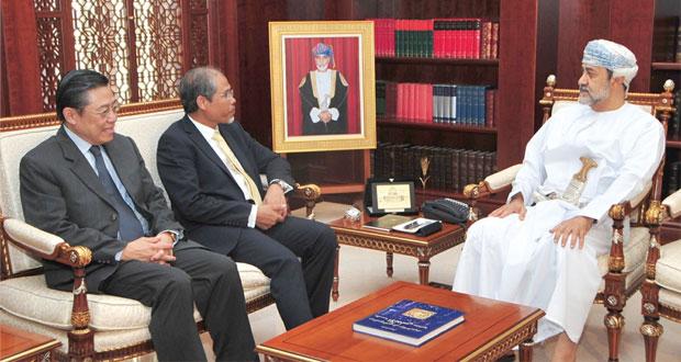 هيثم بن طارق وحمود بن فيصل ويوسف بن علوي والسالمي يستقبلون كبير وزراء الدولة للشؤون الخارجية والداخلية السنغافوري