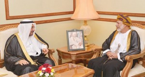 يوسف بن علوي ودرويش البلوشي يستقبلان الأمين العام لمنظمة التعاون الاسلامي