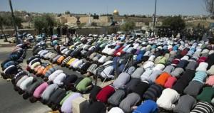 """اشتباكات في """" الأقصى"""" .. والاحتلال ينشر الآلاف من عناصره بالقدس"""