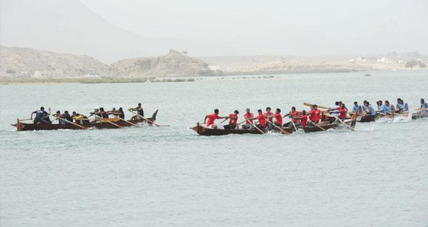 عبد المنعم الحسنى يرعى سباق القوارب التقليدية بخور البطح بولاية صور