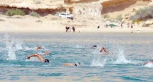 سعد المرضوف يعطي إشارة انطلاق بطولة عمان التاسعة للسباحة بالمياه المفتوحة