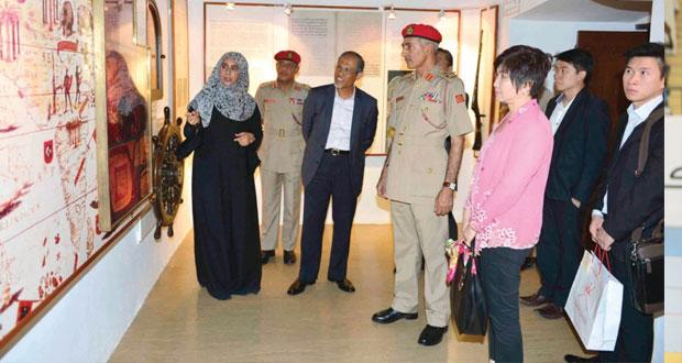 كبير وزراء الدولة للشؤون الخارجية والداخلية السنغافوري يزور الجامع الأكبر ودار الأوبرا السلطانية ومتحف قوات السلطان المسلحة