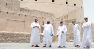 لجنة نـزوى عاصمة للثقافة الإسلامية تزور المعالم الأثرية والتاريخية بالولاية