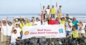 شل العمانية تنظم حملة لتنظيف شاطئ الأشخرة