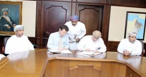 """""""الزراعة والثروة السمكية"""" توقع على اتفاقية الخدمات الاستشارية لميناء الصيد بمصيرة"""