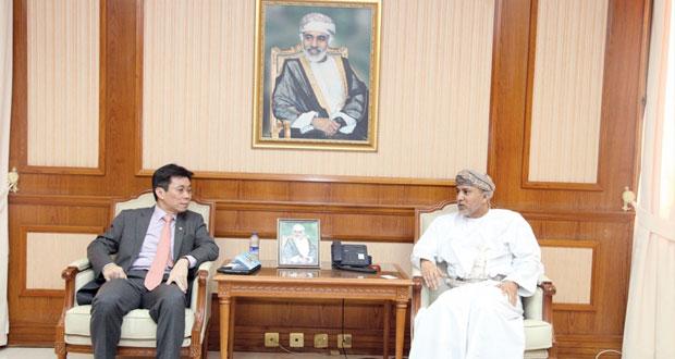 السلطنة وسنغافورة تبحثان مجالات التعاون التجاري المشترك