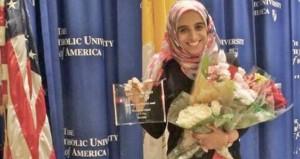الطالبة وئام السالمية تحصل على جائزة الطالب المثالي بجامعة أمريكية