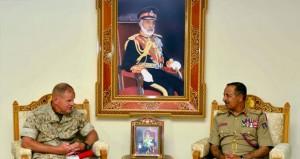 النبهاني ومطر البلوشي والعبيداني يستقبلون قائد قوات مشاة البحرية الاميركية